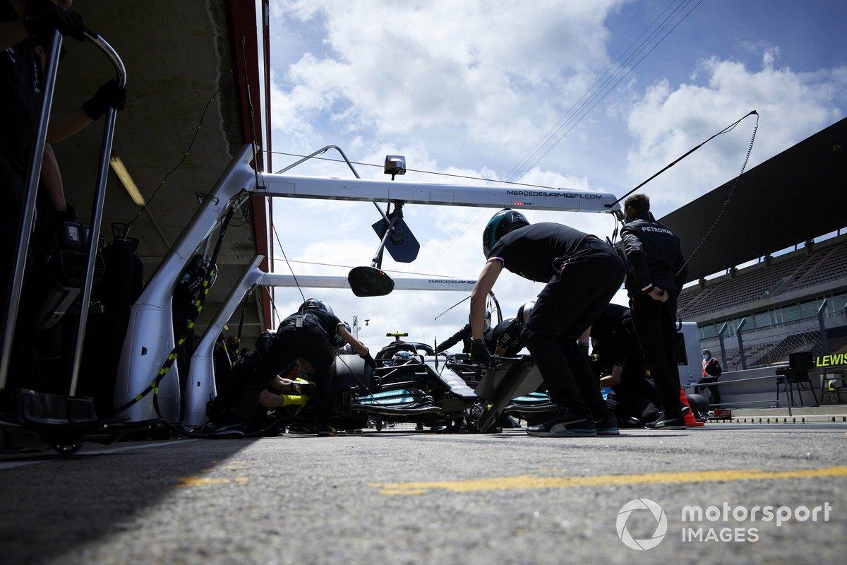Valtteri Bottas, Mercedes W12, nel garage