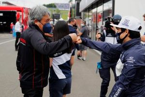 Masashi Yamamoto, General Manager, Honda Motorsport, bumps fists with Yuki Tsunoda, AlphaTauri