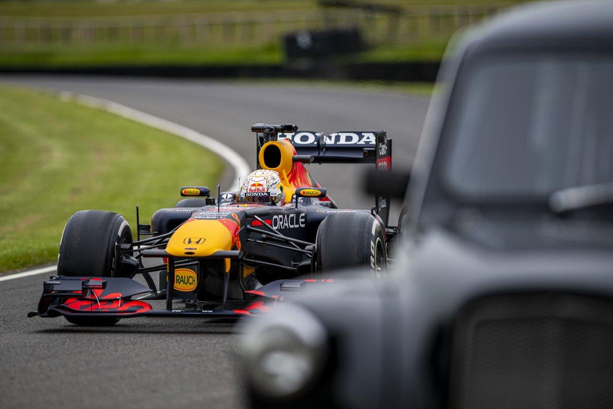 Max Verstappen, Red Bull Racing RB7 haalt een Londense taxi in