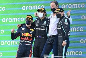 Max Verstappen, Red Bull Racing, 2 ° posto, Lewis Hamilton, Mercedes, 1 ° posto, il delegato Mercedes e Valtteri Bottas, Mercedes, 3 ° posto, sul podio