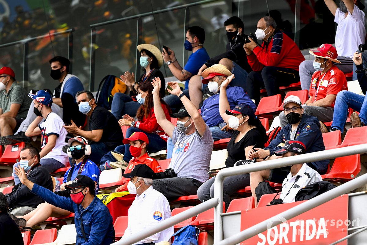 Los fans sentados en las gradas