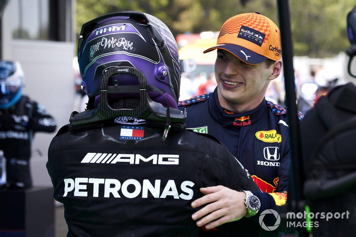 Lewis Hamilton, Mercedes, primera posición, y Max Verstappen, Red Bull Racing, segunda posición, se felicitan el uno al otro en el Parque Cerrado