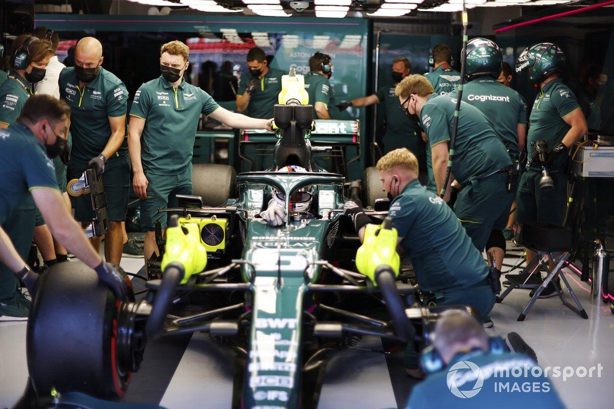 Sebastian Vettel, Aston Martin AMR21, in the garage with mechanics