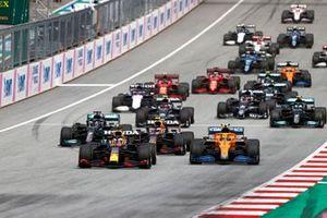 Max Verstappen, Red Bull Racing RB16B, Lando Norris, McLaren MCL35M, Sergio Perez, Red Bull Racing RB16B, Lewis Hamilton, Mercedes W12, Valtteri Bottas, Mercedes W12, Pierre Gasly, AlphaTauri AT02, en de rest van het veld tijdens de start