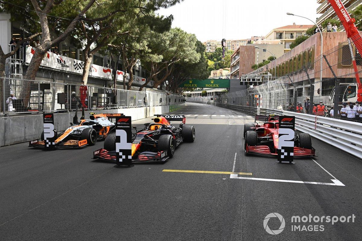 Los monoplazas de Lando Norris, McLaren MCL35M, 3ª posición, Max Verstappen, Red Bull Racing RB16B, 1ª posición, y Carlos Sainz Jr., Ferrari SF21, 2ª posición, en Parc Ferme
