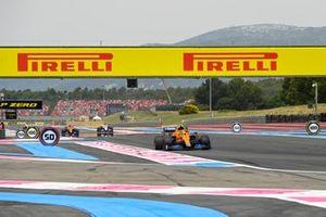 Lando Norris, McLaren MCL35M, Nikita Mazepin, Haas VF-21, Daniel Ricciardo, McLaren MCL35M