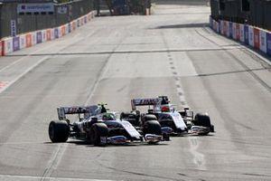 Mick Schumacher, Haas VF-21, in battaglia con Nikita Mazepin, Haas VF-21, alla partenza