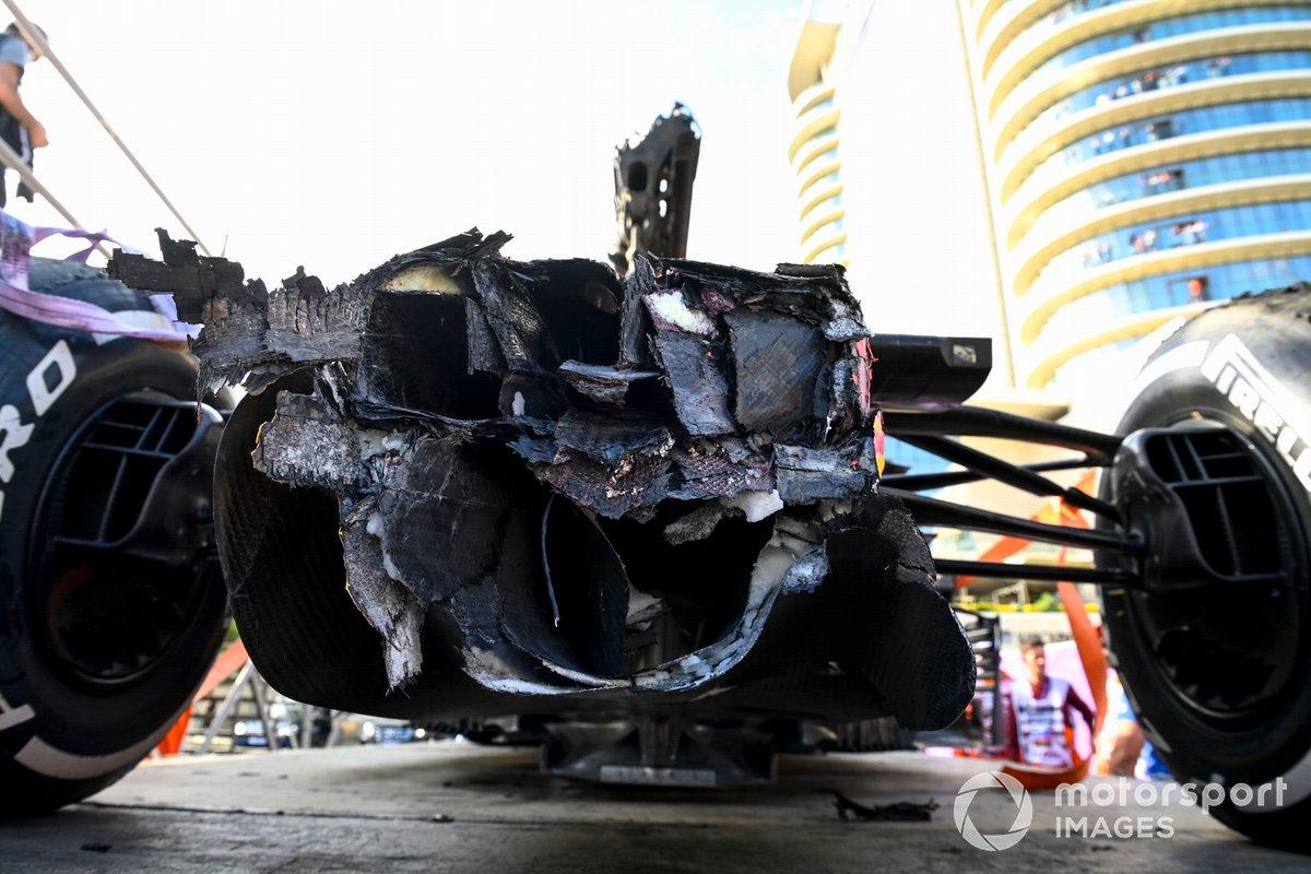 Daños en el coche de Max Verstappen, el RB16B de Red Bull Racing tras el accidente