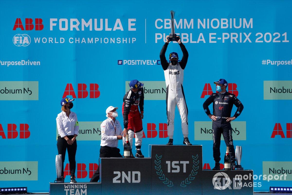 Podio: Delphine Biscaye, Directora del equipo Venturi, segundo lugar Pascal Wehrlein, Tag Heuer Porsche, ganador Edoardo Mortara, Venturi Racing, tercer lugar Nick Cassidy, Envision Virgin Racing