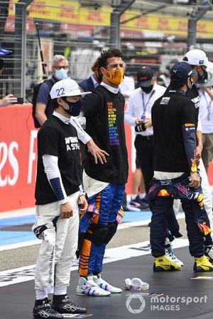 Yuki Tsunoda, AlphaTauri, and Daniel Ricciardo, McLaren, on the grid