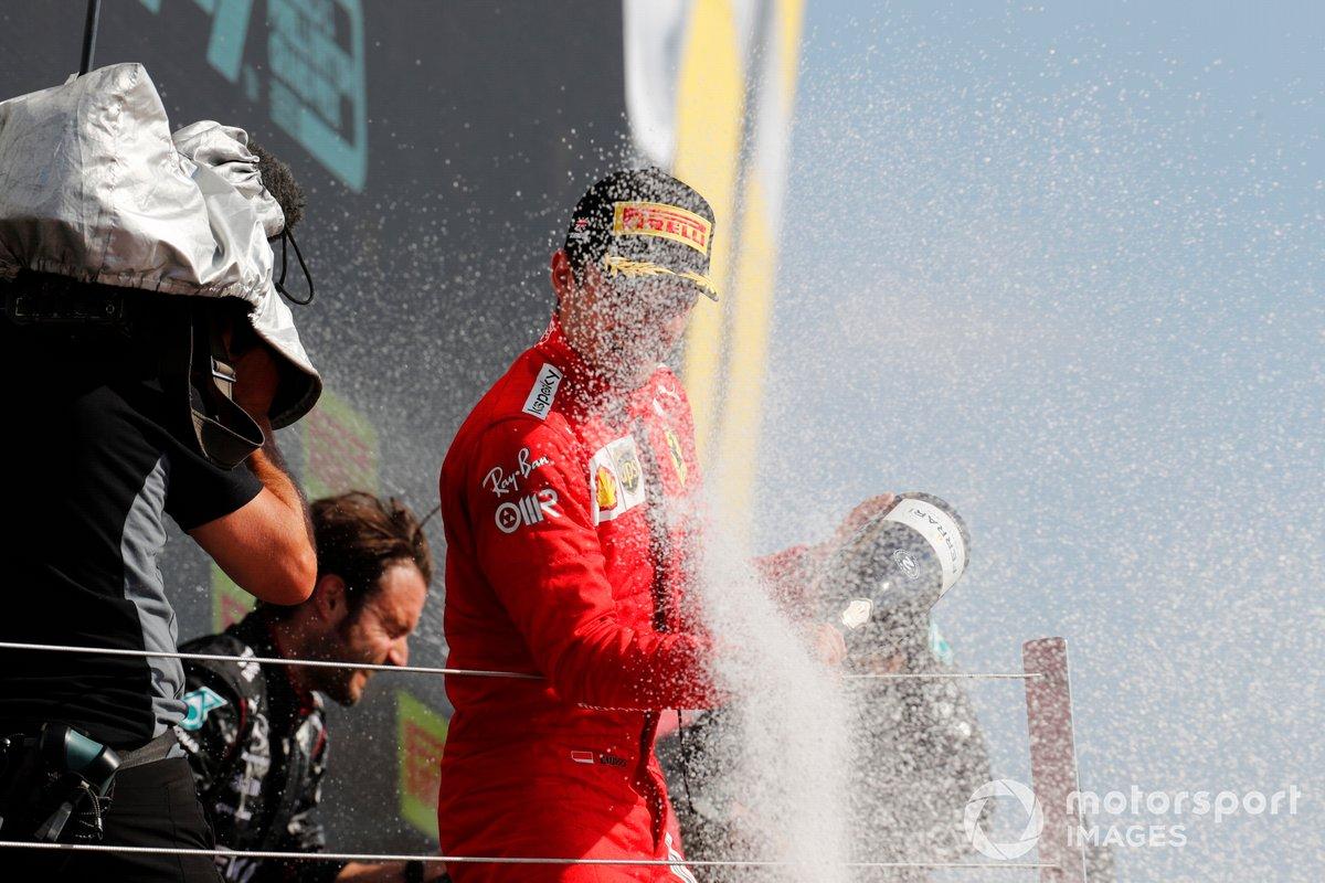 Charles Leclerc, Ferrari, secondo classificato, spruzza Champagne sul podio