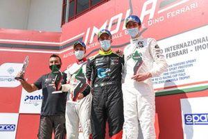 Il podio di Gara 2: Secondo posto Mattias Vahtel, ALM Motorsport, primo posto Kevin Ceccon, Aggressive Team Italia, terzo posto Dusan Kouril, K2 Engineering