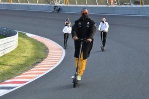 Lewis Hamilton, Mercedes W12 op elektrische scooter over het circuit