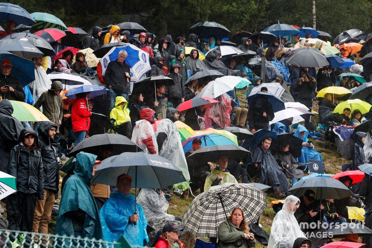 Tifosi attendono sotto la pioggia la partenza del Gra Premio