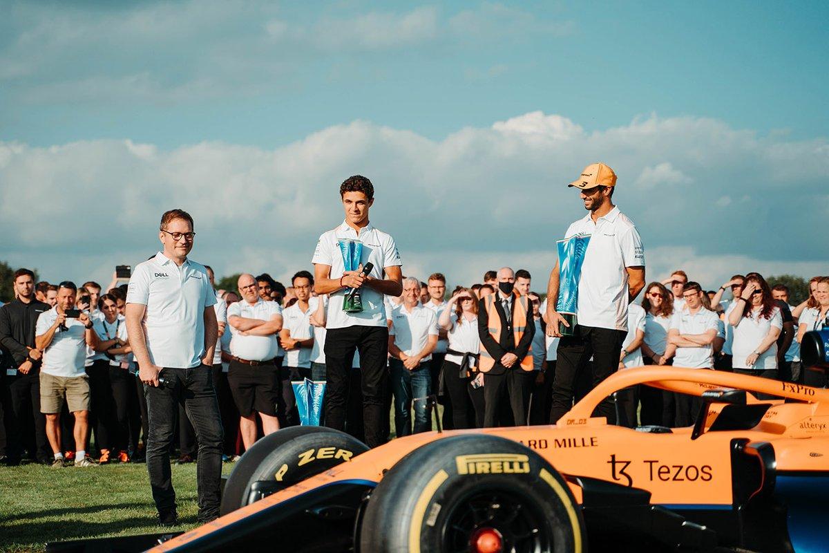 Daniel Ricciardo, McLaren, Lando Norris, McLaren, Andreas Seidl, director del equipo, McLaren celebran con los miembros del equipo