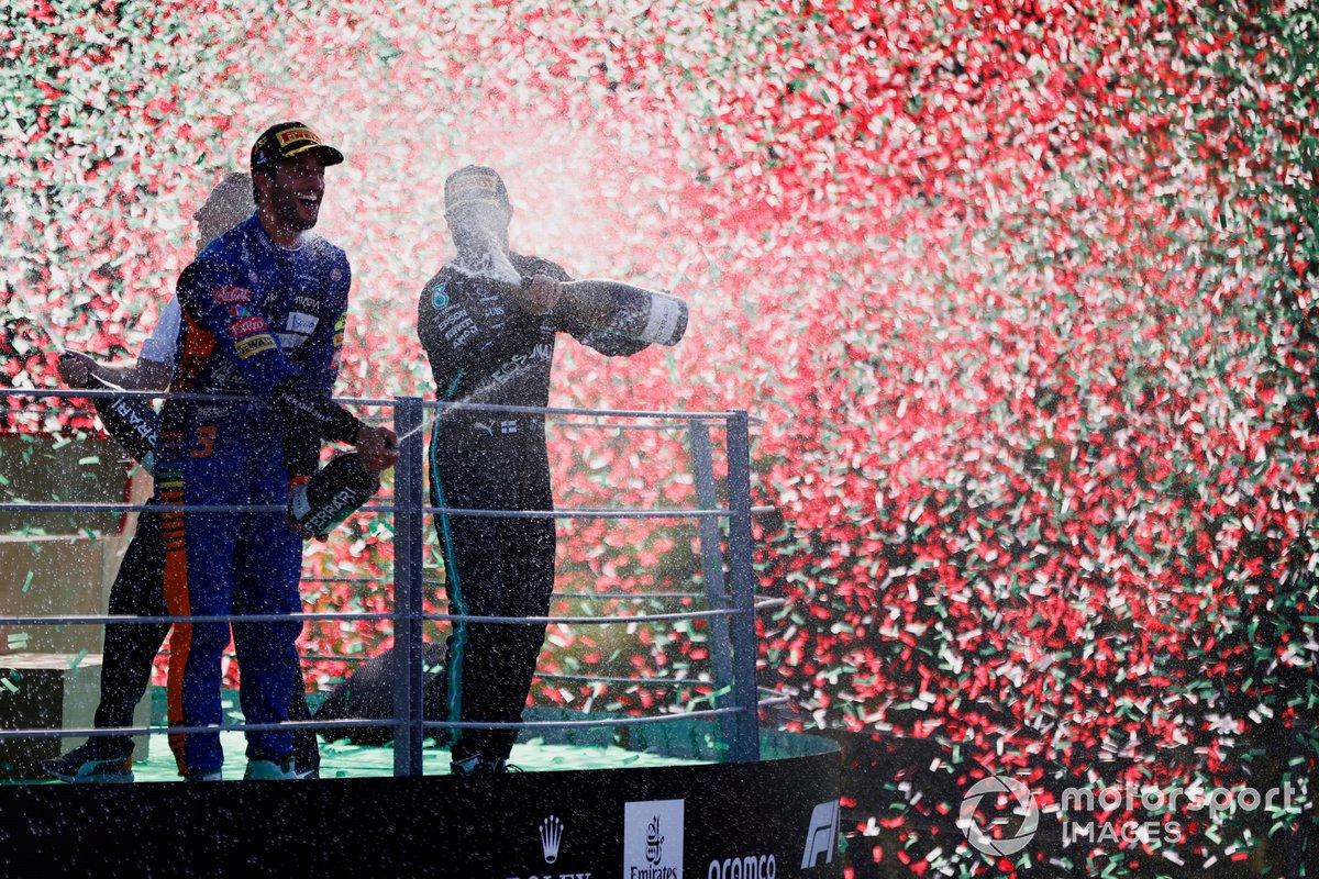 Daniel Ricciardo, McLaren, 1a posizione, festeggia la vittoria sul podio
