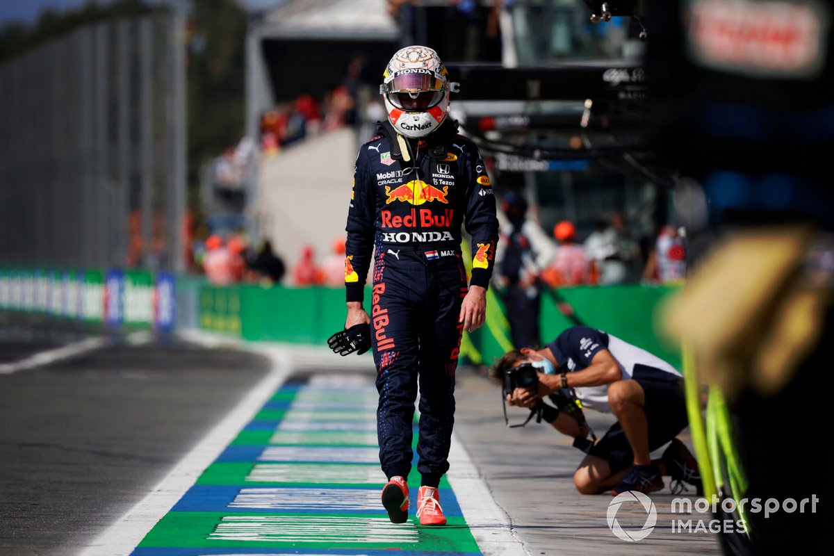 Un abatido Max Verstappen, de Red Bull Racing, regresa a boxes tras chocar con Lewis Hamilton, de Mercedes