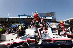 Josef Newgarden, Team Penske Chevrolet, NTT P1, festeggia dopo aver conquistato la pole position