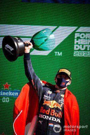 Max Verstappen, Red Bull Racing, 1a posizione, solleva il trofeo dei vincitori