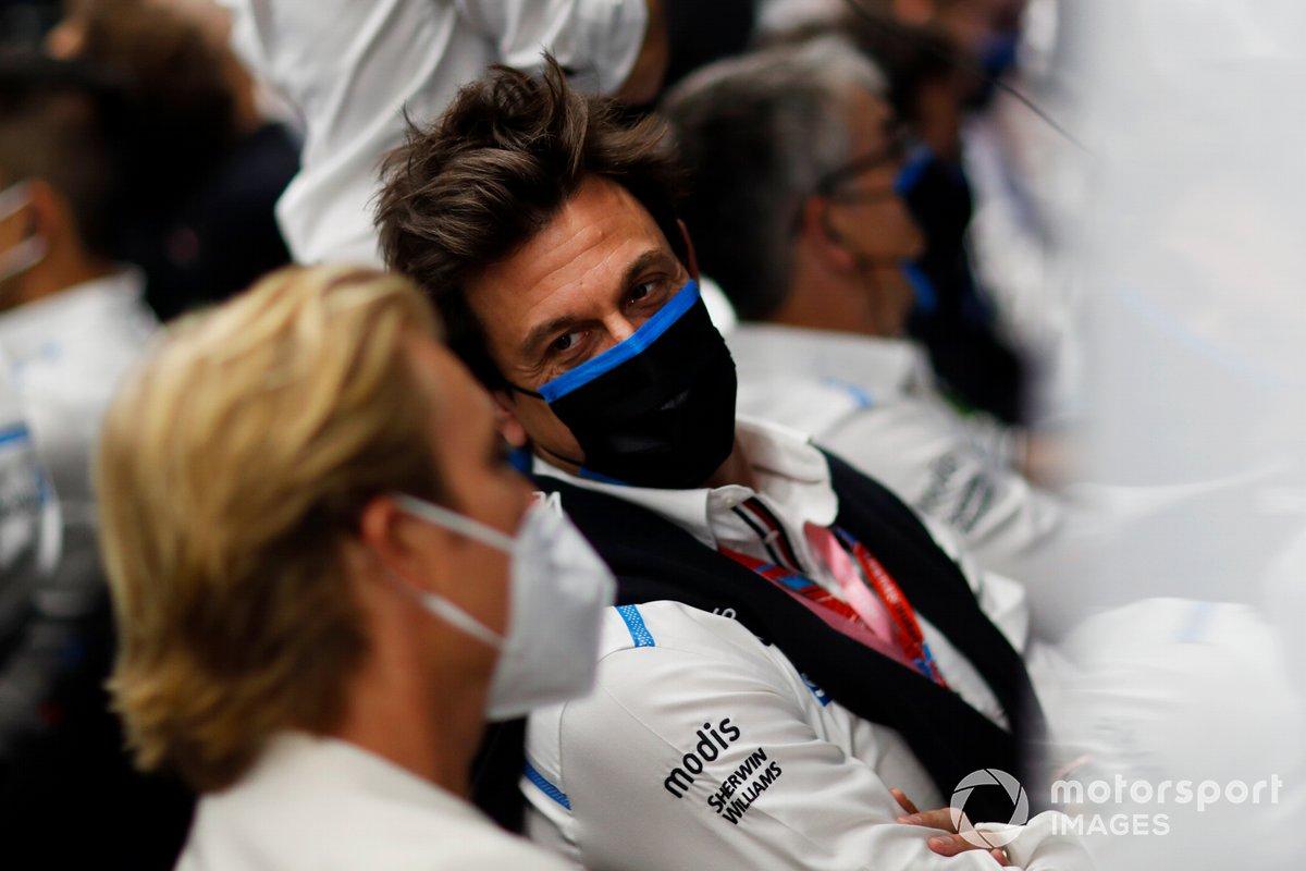 Toto Wolff (jefe de equipo, CEO, Mercedes AMG) en el garaje con Nico Rosberg
