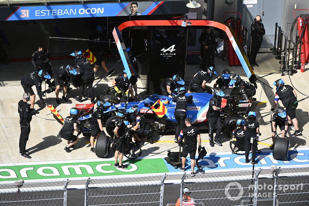 Fernando Alonso, Alpine A521, ai box durante le prove