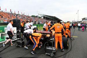 Los mecánicos de McLaren en la parrilla con Daniel Ricciardo, McLaren MCL35M