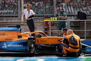 Daniel Ricciardo, McLaren MCL35M, en boxes
