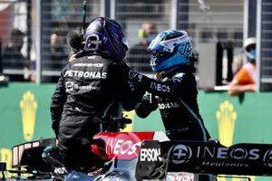 Pole man Lewis Hamilton, Mercedes, e Valtteri Bottas, Mercedes, si congratulano a vicenda