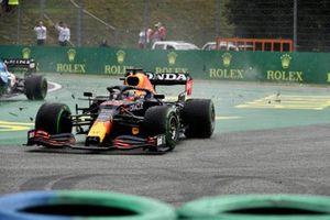 Max Verstappen, Red Bull Racing RB16B, is betrokken bij een botsing bij de start