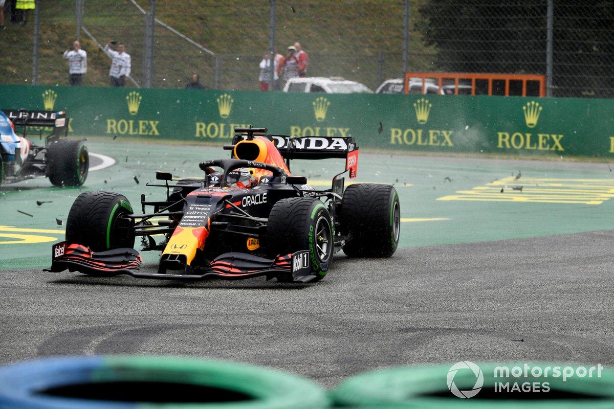 Max Verstappen, Red Bull Racing RB16B, se ve envuelto en una colisión en la salida
