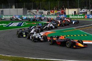 Juri Vips, Hitech Grand Prix, leidt voor Matteo Nannini, Campos Racing, en Dan Ticktum, Carlin, bij de start