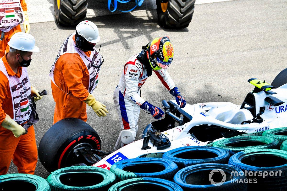 Los oficiales de pista asisten a Mick Schumacher, de Haas F1, tras su accidente en la FP3