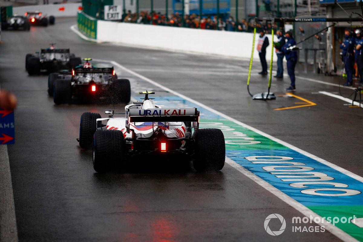 Lewis Hamilton, Mercedes W12, Valtteri Bottas, Mercedes W12, e Mick Schumacher, Haas VF-21, in pit lane