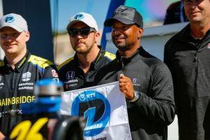 Ganador de la pole position Colton Herta, Andretti Autosport w/ Curb-Agajanian Honda, con el trofeo NTT P1 Pole Award, Alfonso Ribeiro
