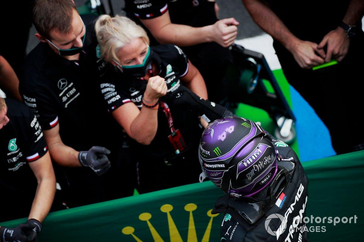 Pole Position de Lewis Hamilton, de Mercedes, celebra en el Parc Ferme con sus compañeros de equipo