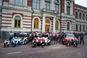 Gruppenfoto: Alle Fahrer und Beifahrer der WRC-Saison 2021 bei der Rallye Finnland