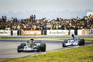 Ronnie Peterson, Lotus 72E Ford lidera a Jackie Stewart, Tyrrell 006 Ford