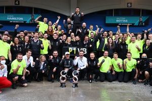 Valtteri Bottas, Mercedes, 1st position, his girlfriend Tiffany Cromwell, Toto Wolff, Team Principal and CEO, Mercedes AMG, Lewis Hamilton, Mercedes, and the Mercedes team celebrate victory
