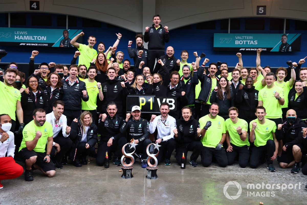 Valtteri Bottas, Mercedes, 1ª posición, su novia Tiffany Cromwell, Toto Wolff, director del equipo y consejero delegado de Mercedes AMG, Lewis Hamilton, Mercedes, y el equipo Mercedes celebran la victoria