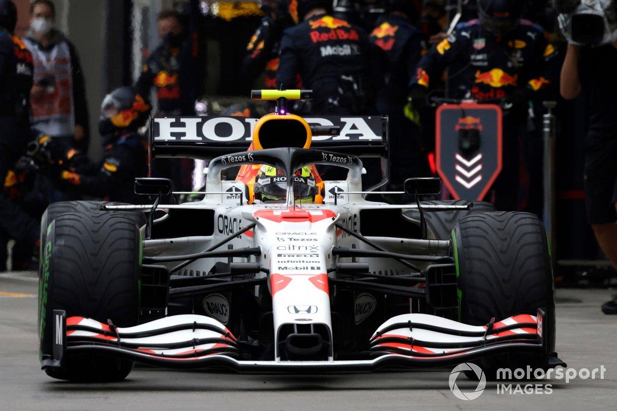 Sergio Perez, Red Bull Racing RB16B, lascia il box dopo una sosta