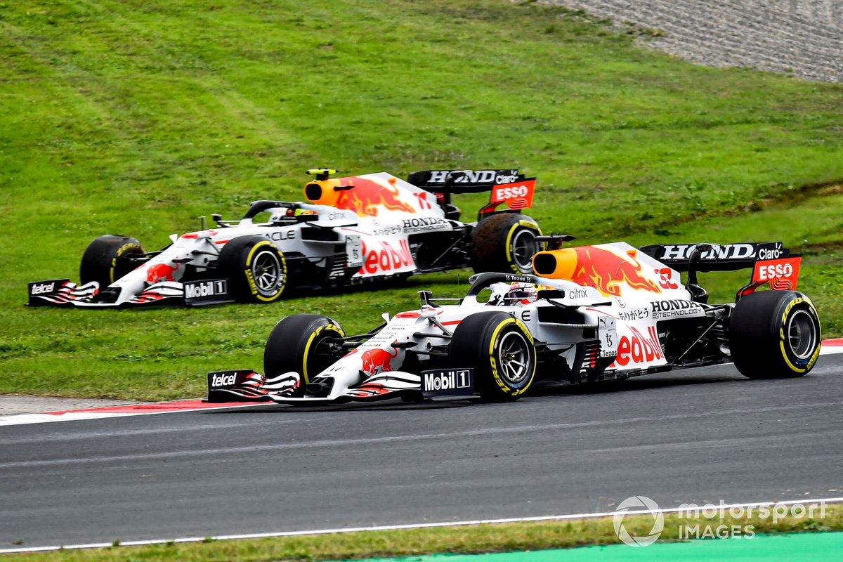 Max Verstappen, Red Bull Racing RB16B, pasa mientras Sergio Pérez, Red Bull Racing RB16B, se recupera de un trompo