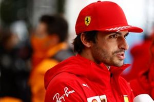 Carlos Sainz Jr., Ferrari, wordt geïnterviewd na de race