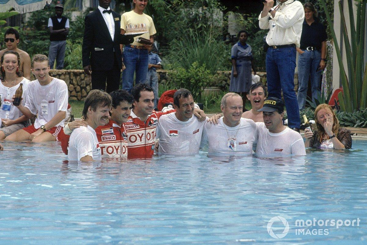 El equipo Toyota, con Luis Moya, Carlos Sainz, Bjorn Waldegaard, Fred Gallagher celebran en la piscina