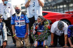 Takuma Sato, Rahal Letterman Lanigan Racing Honda kisses the bricks with David Letterman and Bobby Rahal