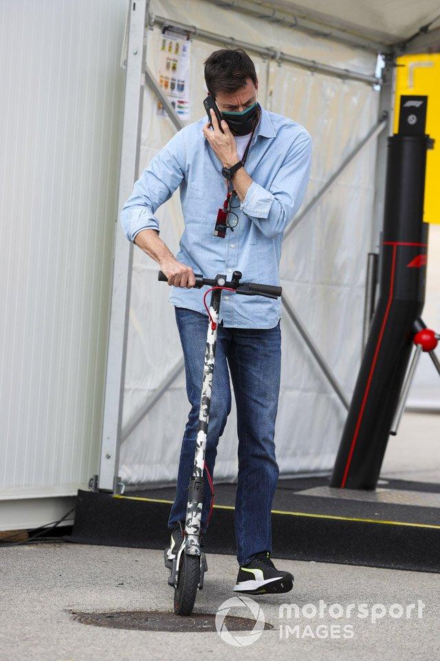 Toto Wolff, Director Ejecutivo, Mercedes AMG en un scooter en el paddock