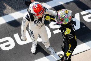 Le vainqueur Pierre Gasly, AlphaTauri, félicité par Daniel Ricciardo, Renault F1 Team