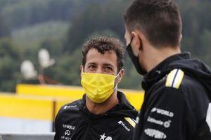 Daniel Ricciardo, Renault F1, parla con Esteban Ocon, Renault F1
