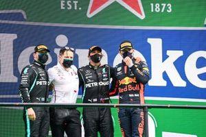 Podio: Peter Bonnington, ingeniero de Mercedes AMG, ganador de la carrera Lewis Hamilton, Mercedes-AMG F1, segundo lugar Valtteri Bottas, Mercedes-AMG F1, tercer lugar Max Verstappen, Red Bull Racing