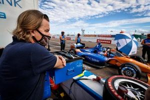 Manager Stefan Johansson looks fondly at his protege Scott Dixon, Chip Ganassi Racing Honda