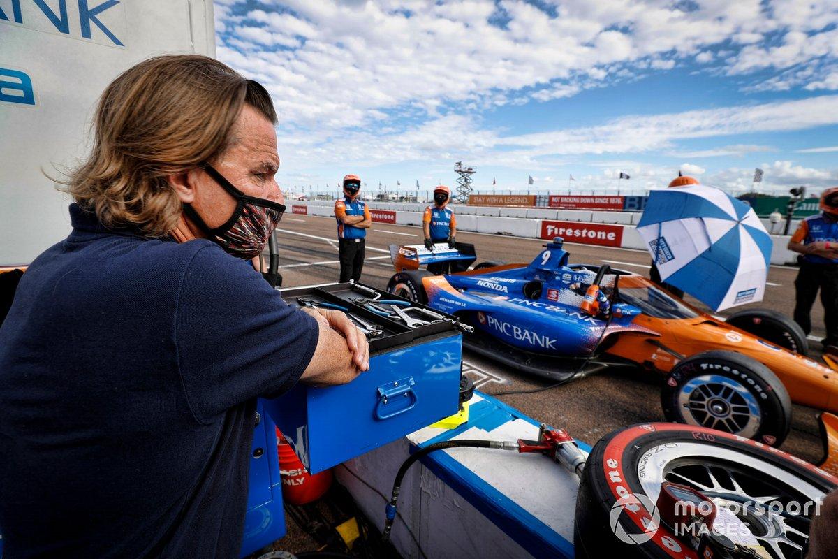 El director Stefan Johansson mira a su protegido Scott Dixon, Chip Ganassi Racing Honda